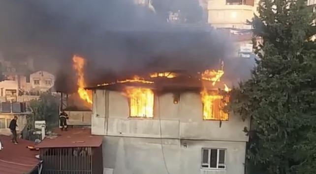 Hatayda çıkan yangında iki katlı ev kullanılamaz hale geldi