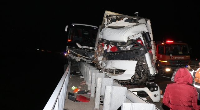 Adanada yolcu otobüsü ile tır çarpıştı: 4 yaralı