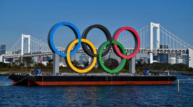 Olimpiyat halkaları anıtı Tokyo Körfezine yerleştirildi