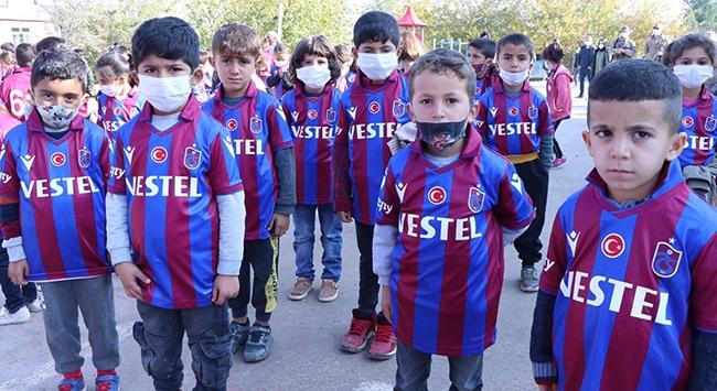 Diyarbakırdaki öğrencilere Trabzonspor forması