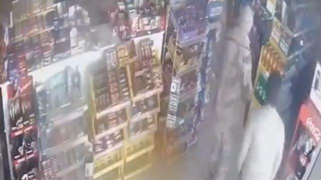 Siirt'te deprem anı güvenlik kameralarına yansıdı