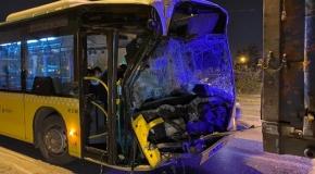 İETT otobüsü kamyona çarptı: 2 yaralı