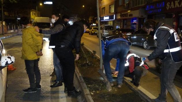 Polisi görünce otomobildeki uyuşturucuyu yere döktüler