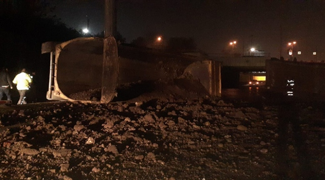 İstanbulda kamyon devrildi, tonlarca toprak yola dağıldı