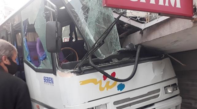 Freni boşalan servis aracı markete girdi: 3 yaralı