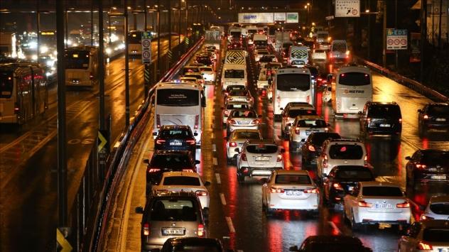 İstanbulda kısıtlama öncesi trafik yoğunluğu arttı
