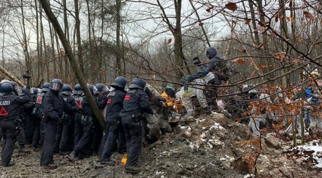 Almanyada eylem yapan çevrecilere polis müdahale etti