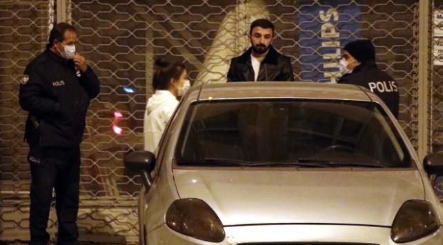 Kısıtlamayı delen iki kişi otomobilin arkasında yakalandı