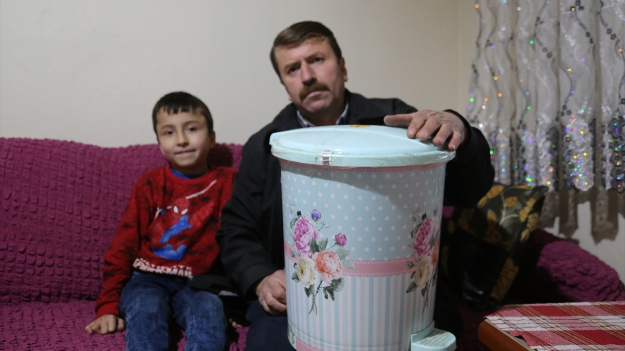 Her gün sigara için harcadığı parayı biriktirmeye karar veren 49 yaşındaki Ağcık, evdeki bir çöp kovasını kumbaraya dönüştürdü.