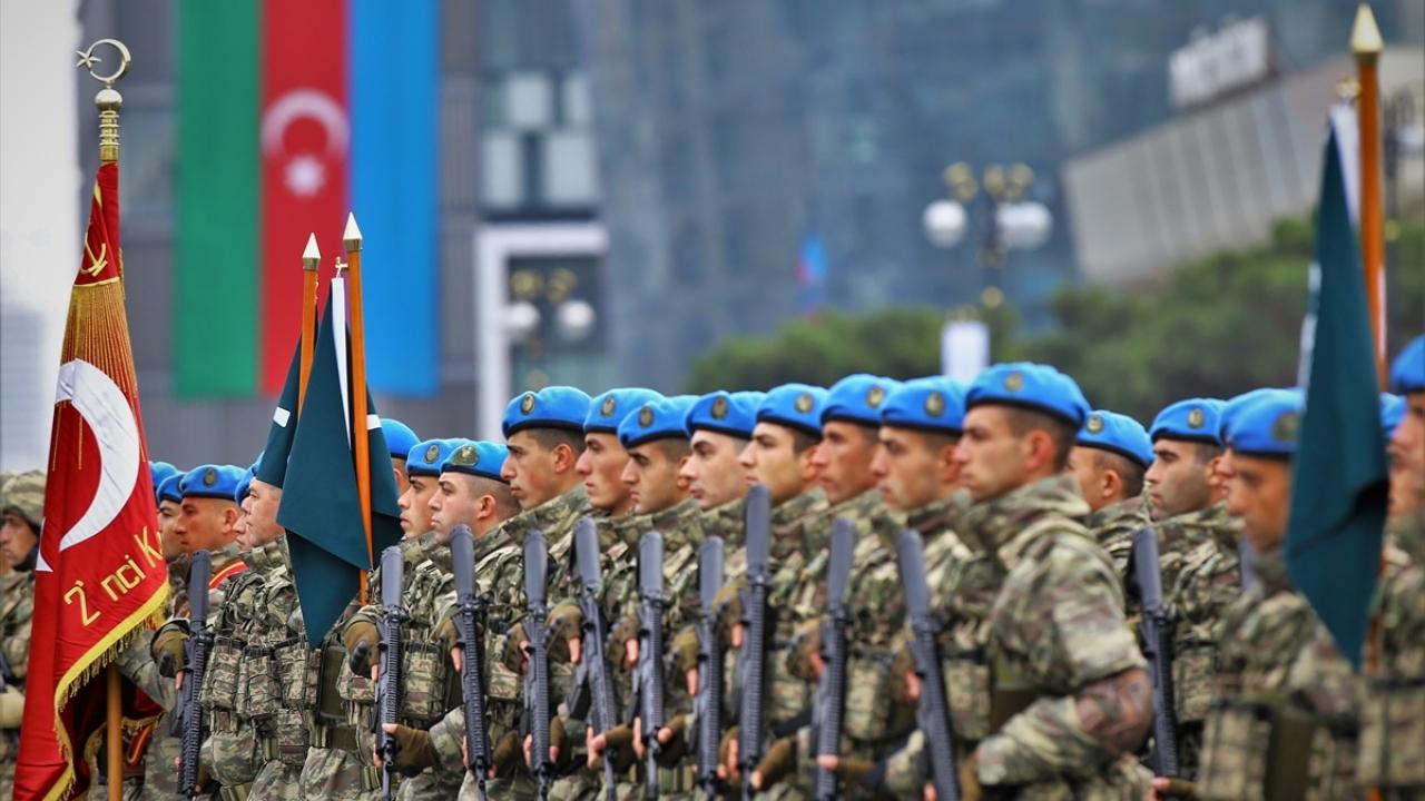 Törene katılacak Mehmetçik, Bakü sokaklarındaki provalarda yer aldı.