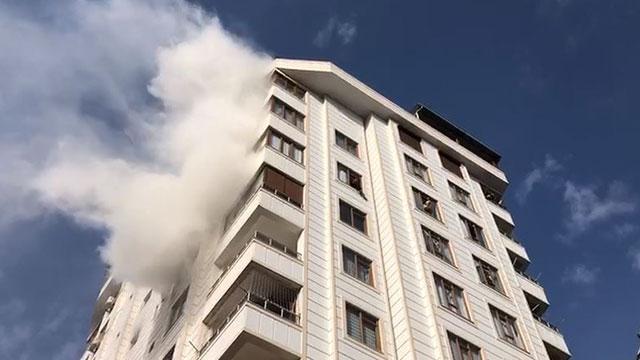 Konyada 3 katlı binada çıkan yangında 10 kişi dumandan etkilendi