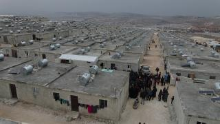 İdlib'de çadırda yaşayan 100 aile sıcak yuvaya kavuştu