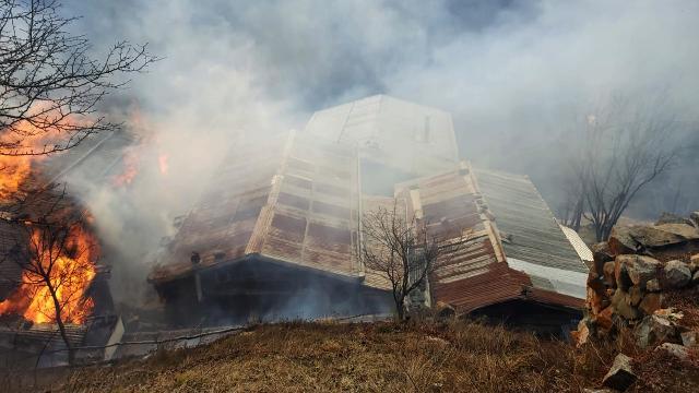 Rizenin Gölyayla köyünde çıkan yangında 9 ev zarar gördü