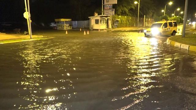 Antalyada sağanak sele yol açtı: Evleri ve yolları su bastı