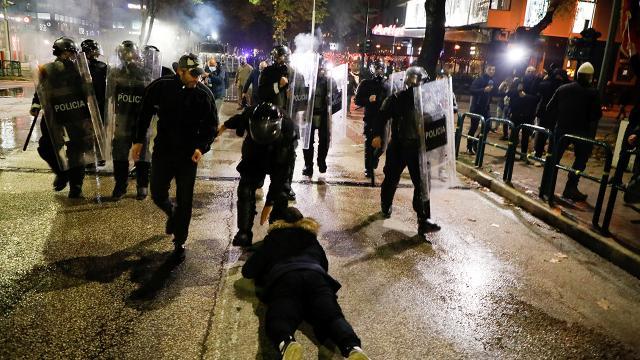 Arnavutlukta protestocular ile polis arasında arbede
