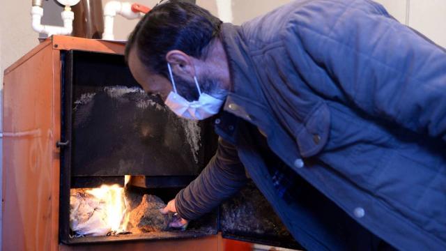 Kaloriferli evini tezekle ısıtarak yakacak maliyetinden kurtuldu