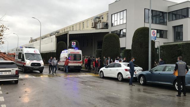 Fabrikanın bacasında yangın çıktı, 2 işçi dumandan etkilendi