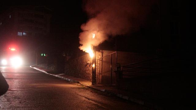 Bursada elektrik direğindeki yangın korkuttu