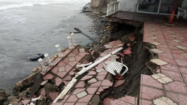 Batı Karadenizdeki fırtına sahil kenarındaki işletmeye zarar verdi