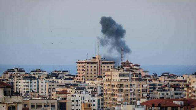 İsrail Gazzede bir evi vurdu