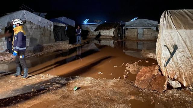 İdlibde şiddetli sağanak sonucu kamplardaki çadırlar sular altında kaldı