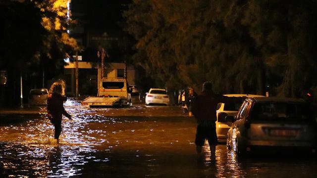 İzmirde deniz taştı: Araçlar su altında kaldı