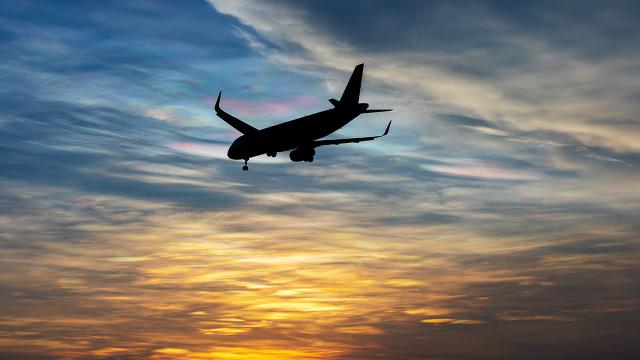 Hong Kong İngiltere ile havayolu ulaşımını askıya aldı