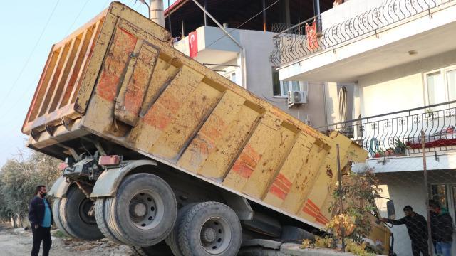 Freni boşalan hafriyat kamyonu duvarda asılı kaldı