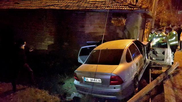 Polisten kaçan şüphelilerinin bulunduğu otomobil eve çarptı