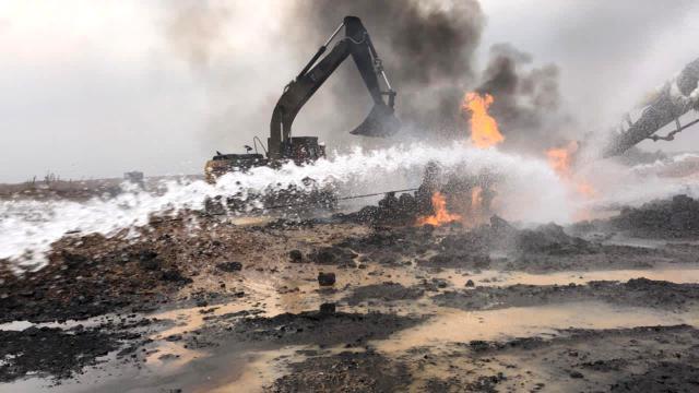 DEAŞın ateşe verdiği petrol kuyusundaki yangın söndürüldü