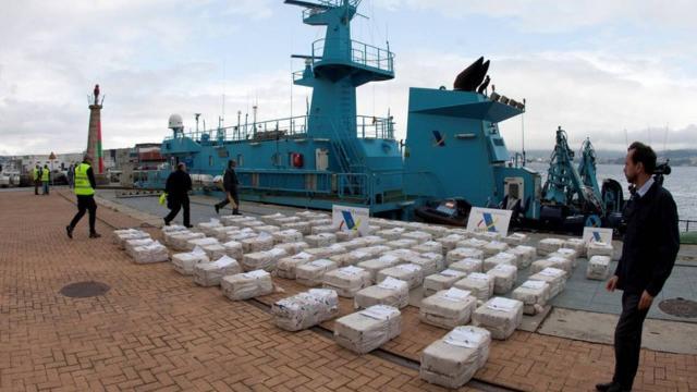 Yarım ton kokain yüklü terk edilmiş tekne karaya vurdu