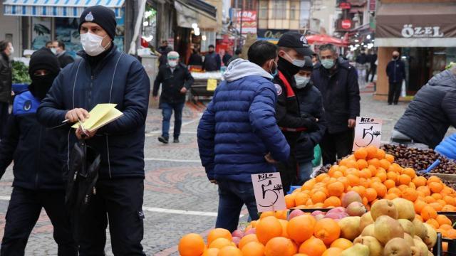 Önünde kuyruk oluşan seyyar satıcılara ceza