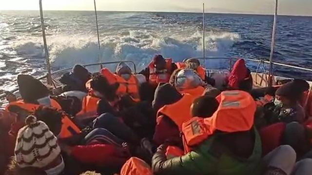 Türk kara sularına itilen 27 sığınmacı kurtarıldı