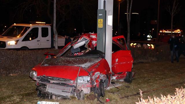 Otomobil demir direğe çarptı: 2 ölü, 1 yaralı