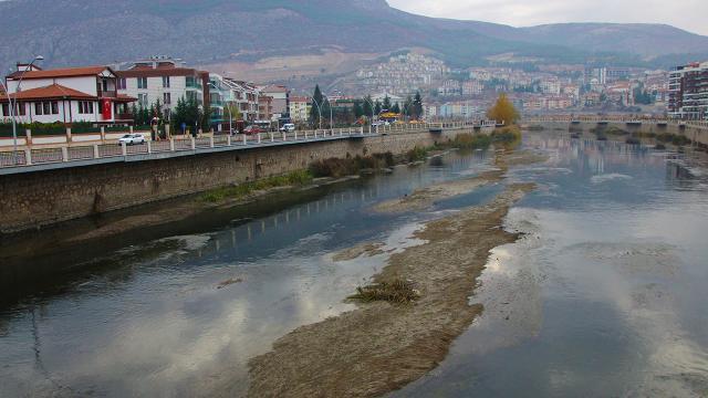 Yeşilırmak Nehrinde kuraklık alarmı: Adacıklar oluştu