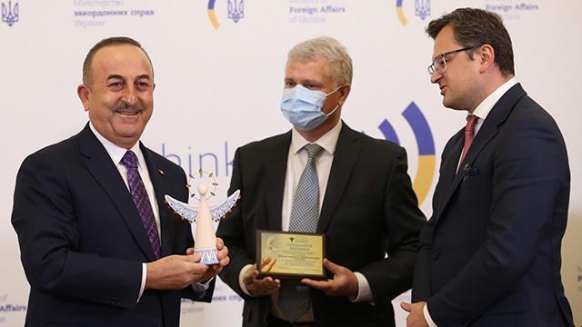 """Ukrayna Hayırseverler Derneğinden Bakan Çavuşoğluna """"İyilik Meleği"""" ödülü"""