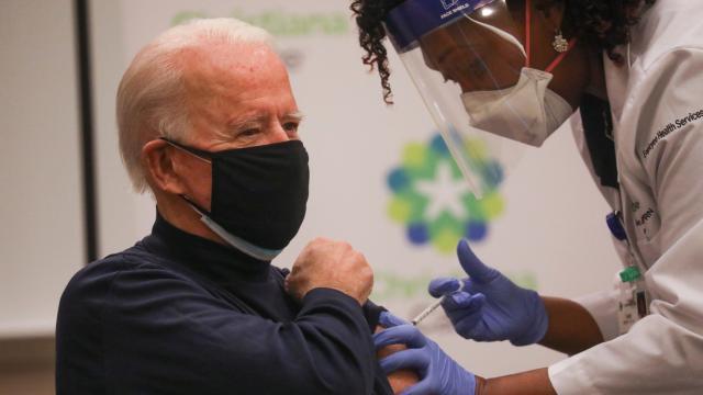 Biden canlı yayında koronavirüs aşısı oldu