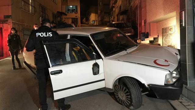 Polisten kaçan sürücü otomobiliyle evin duvarına çarptı