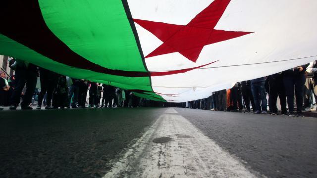Cezayirde erken seçim için parlamento feshedildi