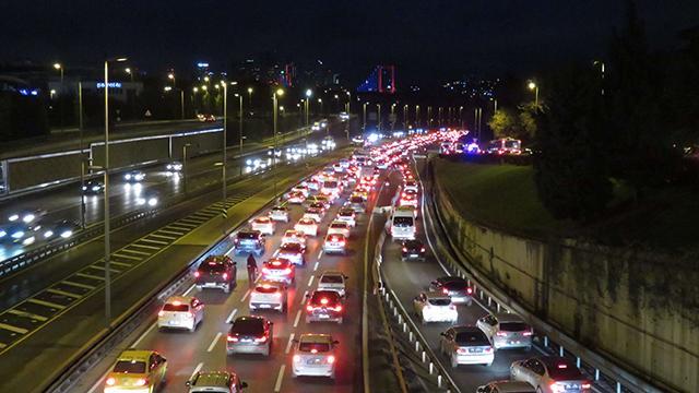 Kısıtlamanın ardından İstanbulda trafik yoğunluğu