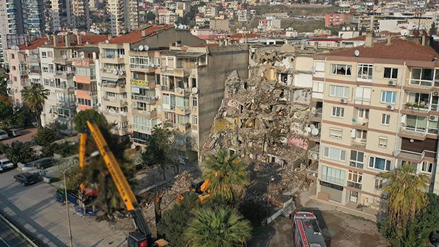 İzmirde yan yatan binanın yıkımına başlandı