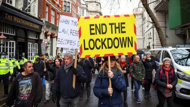İngilterede koronavirüs protestosu: 27 kişi gözaltına alındı