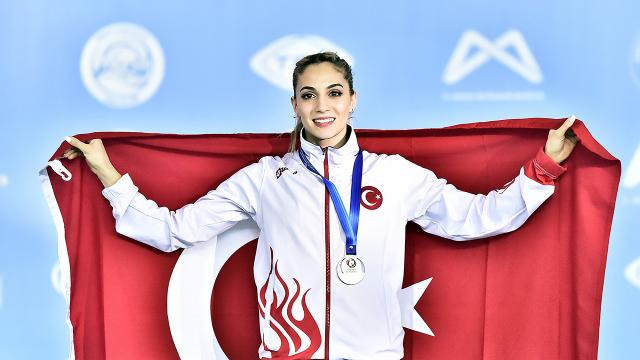 Milli cimnastikçi Şanlı: Madalyayı Türk kadınları ve annelere armağan ediyorum