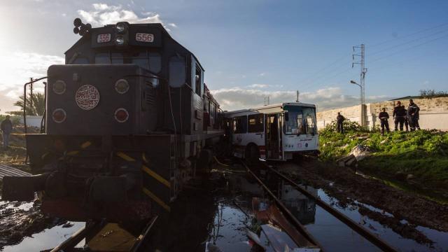 Yolcu otobüsüne tren çarptı: 12 ölü, 8 yaralı