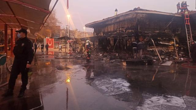 Ankarada kapalı pazar yerinde yangın