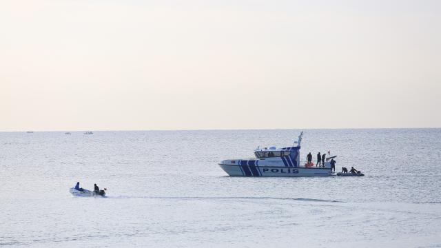 Antalyada alabora olan balıkçı teknesindeki 3 kişi kurtarıldı