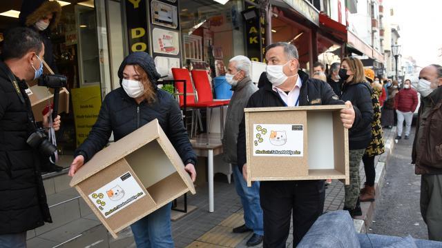 Bartında mobilya firmasının ürettiği 200 kedi evi dağıtıldı