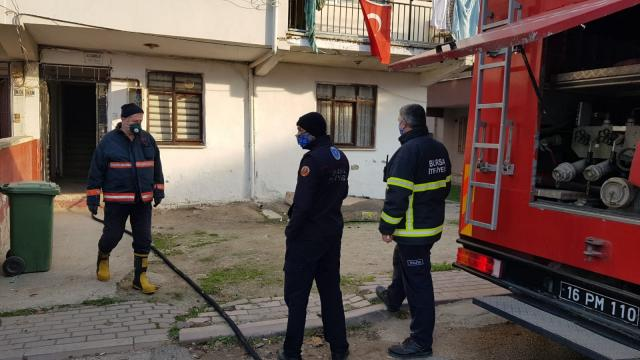 Bursada ev yangınında bir kişi dumandan etkilendi