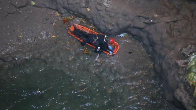 Antalyada obrukta bulunan erkek cesedi, itfaiye ekiplerince çıkarıldı