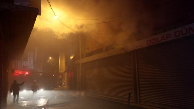 İzmirde 2 ayrı fabrikada çıkan yangına müdahale ediliyor